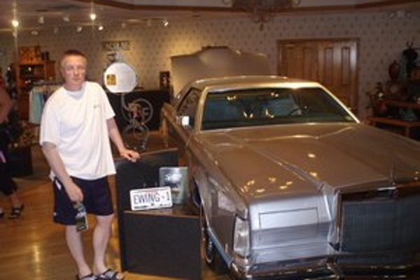 V múzeu v Dallase pri Ewingovom aute zo seriálu Dallas