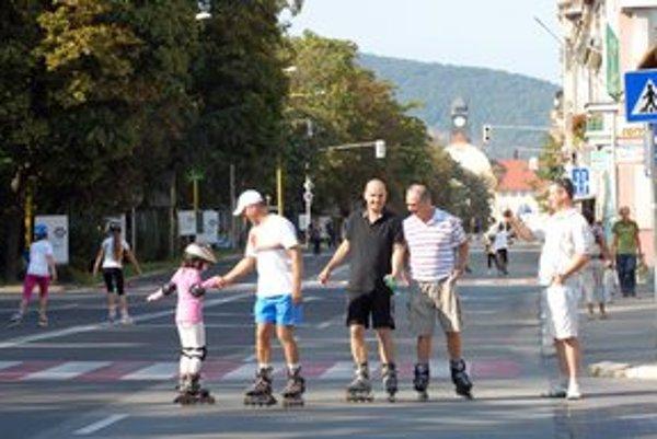 Netradične v meste. Motoristov na Moyzesovej ulici nahradia korčuliari.