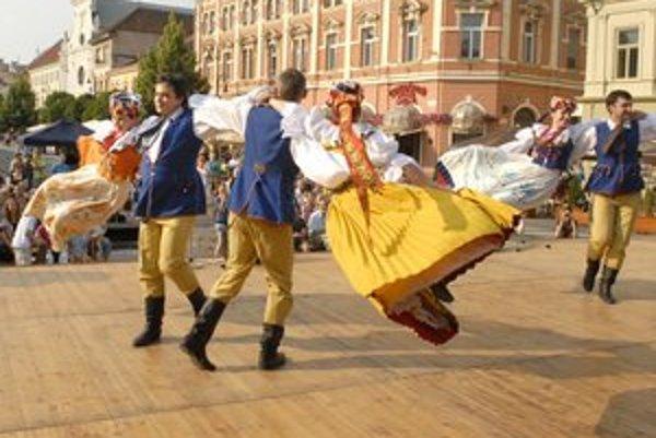 Folklór na Hlavnej. Vystúpenie poľského súboru sa ľuďom páčilo.