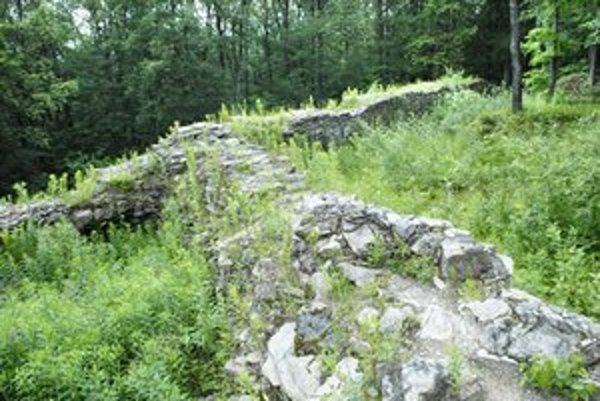 Z Košického hradu, ktorý nebol nikdy dostavaný, zostali iba zvyšky základov a muriva okrúhlej veže.