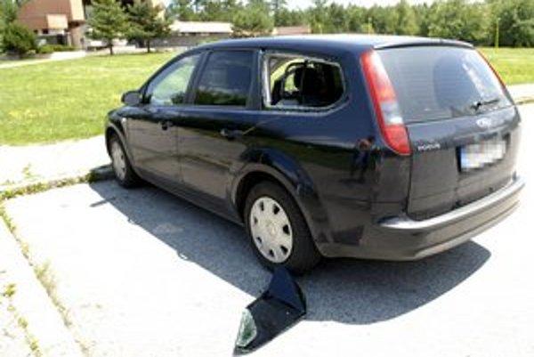 Jedným zo spôsobov vniknutia do auta je rozbitie skla.