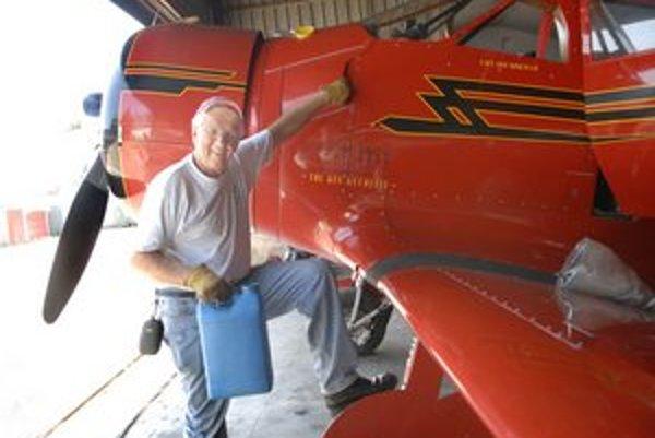 """Obdivuhodné. Kapitán William M. Charney, alias """"Biff Windsock"""" so svojím nádherným lietadom na ceste okolo sveta."""