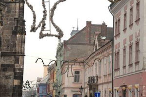 Vianoce už prichádzajú. Svetelnú výzdobu už na Hlavnú ulicu začali inštalovať.
