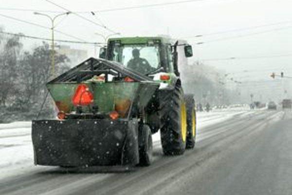 Cestári pred zimou. Už funguje nepretržitý dispečing, cesty v kraji by mali byť stále zjazdné.