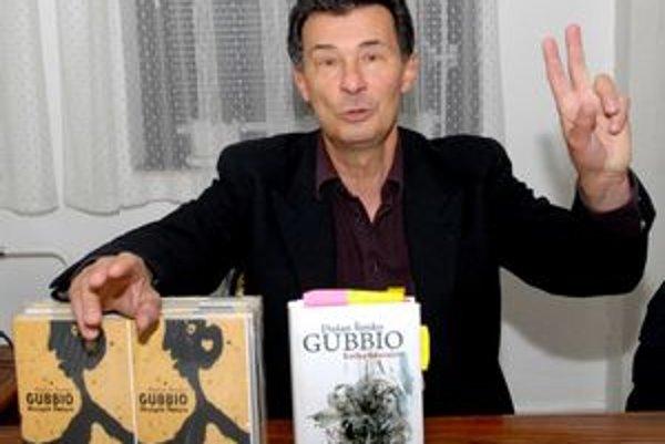 S. Šimko s knihami, ktoré predstavil v Košiciach