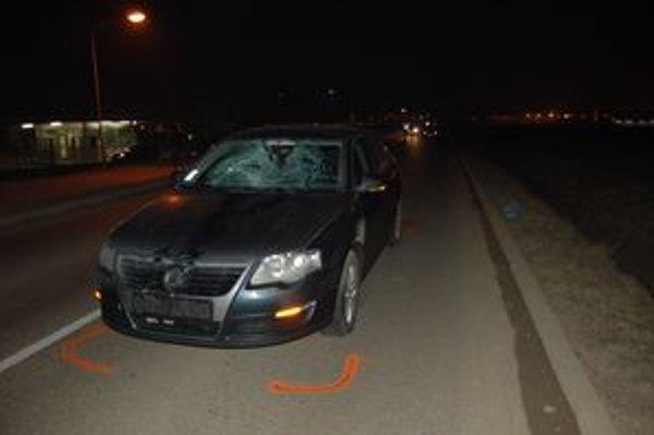 Po nehode. Chodkyňa preletela cez kapotu a skončila za autom.