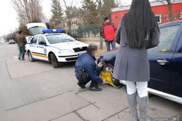 Petzvalova. Po sťažnostiach občanov začali papuče demontovať.