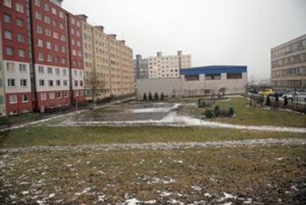 Pri blokoch chce mestská časť vytvoriť multifunkčný park.