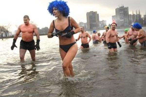 Miriam sa studenej vody nebojí. Ako jediná žena si vyskúšala ľadové plávanie.