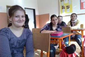 Piatačka Erika Tomková (prvá sprava) patrí k najlepším angličtinárom v triede. Spolužiačka Simona Herichová (prvá zľava) hovorí, že Erika je výborná kamarátka.