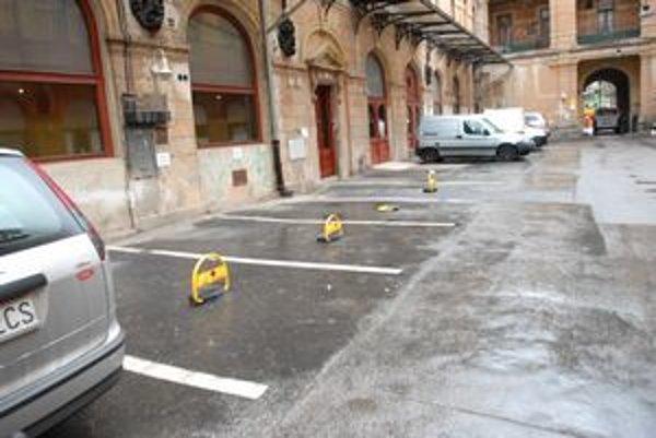 Parkovacie miesta-Novopečení majitelia ich získali do osobného vlastníctva za pár eur.