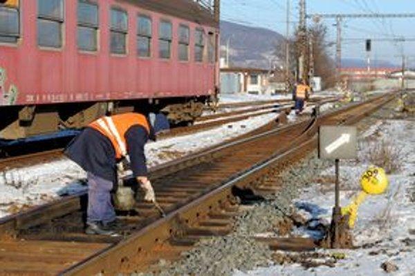 Železničiari zažili na košickej stanici krušné ráno. Najviac starostí im narobili zamrznuté výhybky.