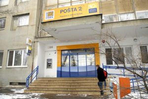 Slovenská pošta. Frflú viacerí dôchodcovia i vlastní zamestnanci.