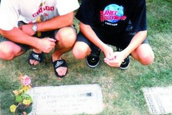 So synom Tomášom pri hrobe Al Caponeho.
