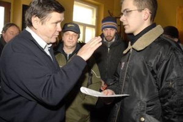 Konfrontácia. Podlubný (na snímke vpravo) tvrdí, že došlo k machináciám, hospodár Halmi to odmieta.