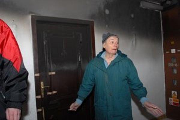Majiteľ bytu. Bol v šoku, včera sa prišiel pozrieť, aké škody požiar napáchal.