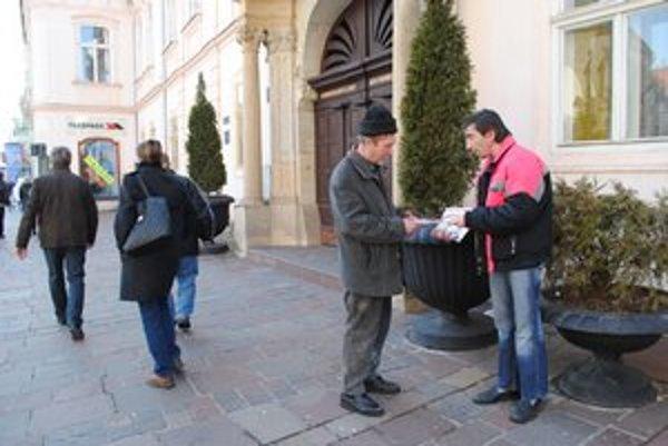 Zo dna sa S. Fabišíkovi podarilo odraziť predajom mesačníka Nota bene