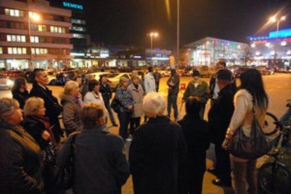 Vlaňajší protest. Obyvatelia kritizovali pasivitu mestskej časti. Zmeniť by ju mal občiansky návrh.