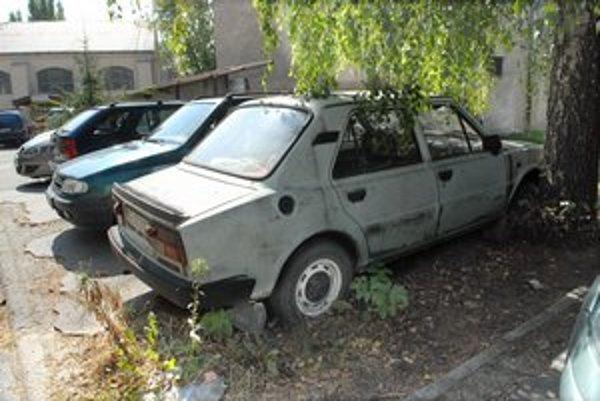Opustených vozidiel je v meste z roka na rok viac.