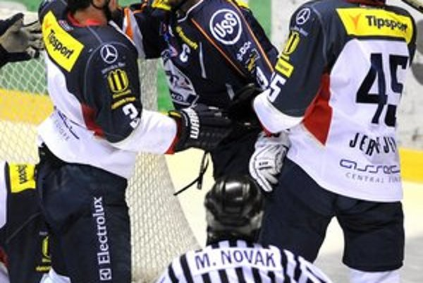 Dôraz belasých. V prvom finálovom súboji boli hráči Slovana v osobných súbojoch ráznejší.