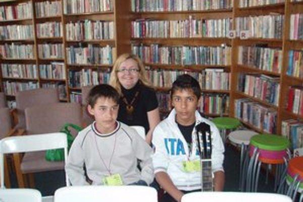 K. Prextová a chlapci Nikolas (vľavo) a Patrik. Nahrávanie rozprávok si užili.
