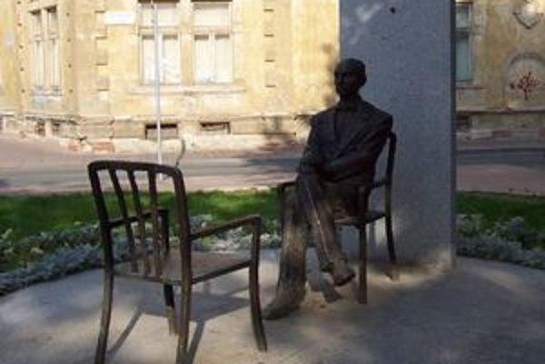Stolička pred S. Máraim láka posadiť