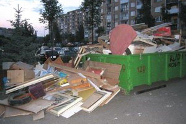 Smetisko na Berlínskej. Kontajner doslova prevalcovali odpadom.