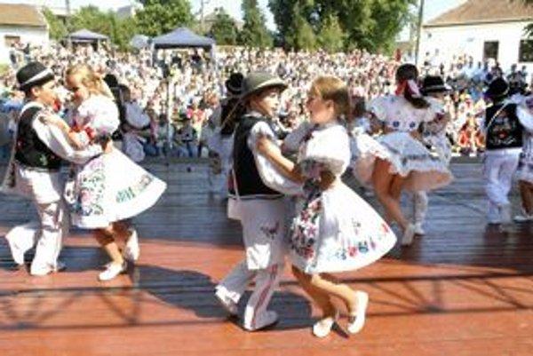 Beľanček z Košickej Belej. Na pódiu sa postupne vystriedali malí i veľkí folkloristi.