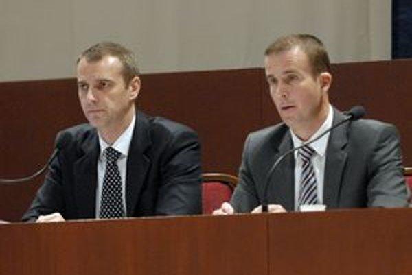 Richard Raši s Ladislavom Lazárom (obaja Smer). O tisíce eur môže primátor s viceprimátorom prísť vďaka Matovičovmu návrhu. Považujú ho za jeho PR.