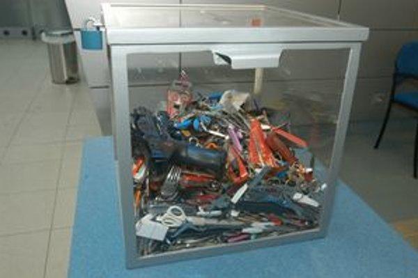 Zbierka predmetov, ktoré zabavili na košickom letisku.