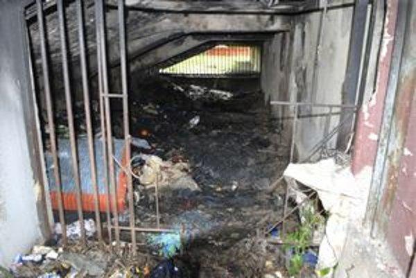 Telo našli pod schodami zhorené na nepoznanie.