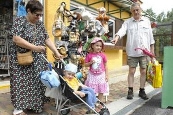 Vzácny hosť. Zoologická záhrada privítala včera stotisíceho návštevníka. Štvorročná Helenka si vychutnala päť minút slávy.