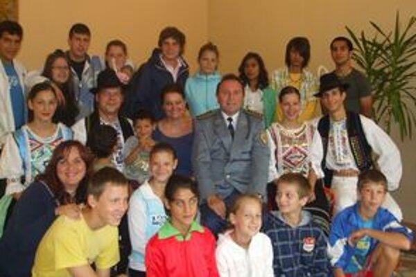 Šťastné deti z Detského domova Košická Nová Ves s F. Mrvom a časťou účinkujúcich.