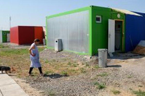 Ľudia, ktorí prišli minulý rok o domy, bývajú provizórne v unimobunkách.