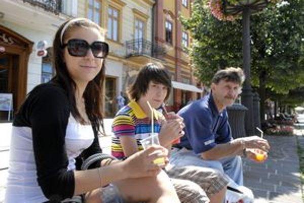 Z Kavečian cez mesto. Lýdia a Natanal s otcom.