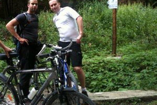 Nová cyklotrasa. Košickí cykloturisti Mišo a Tomáš pri jej začiatku na Hlinnom