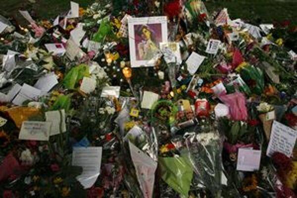 Kvety s odkazmi pred domom Amy Winehouse