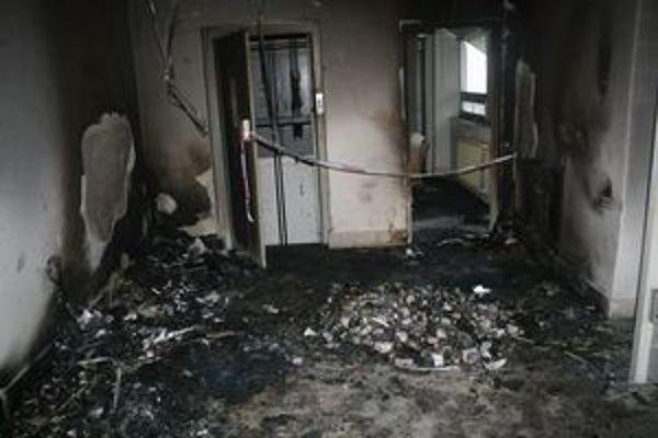 Po požiari v chodbe zostala spúšť.