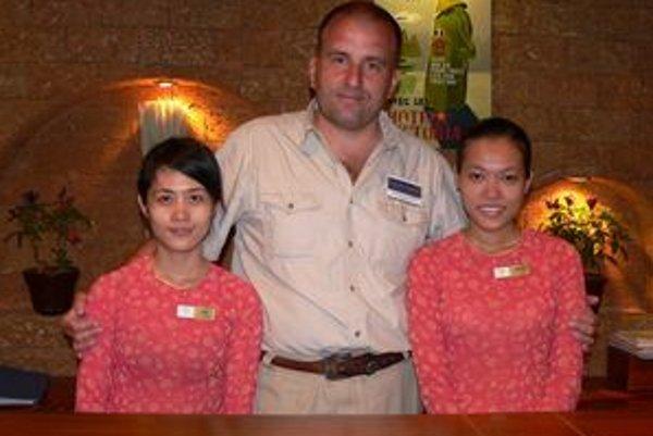 So zamestnankyňami recepcie hotela vo Vietname.