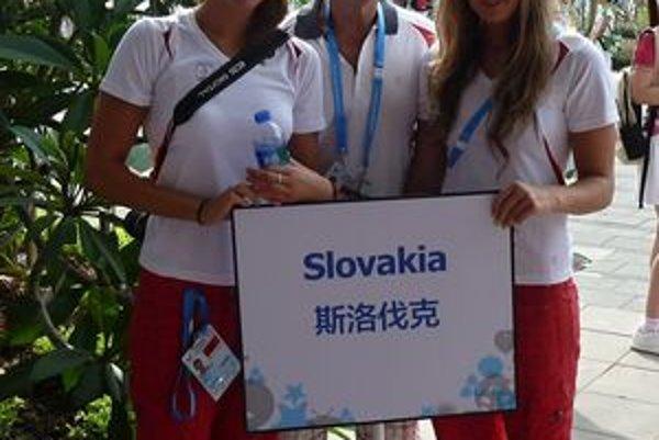 Plavecká výprava v Šenzene, zľava Katarína Filová, Juraj Skála, Zuzana Mimovičová.