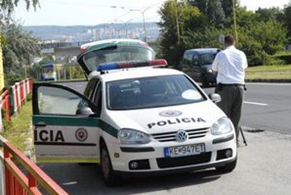 Policajti. Reflexné vesty musia nosiť pri riadení dopravy a obhliadke miesta nehody.
