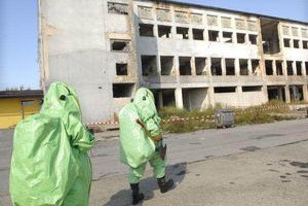 Pri prehliadke priestorov našli veľmi nebezpečné chemikálie.
