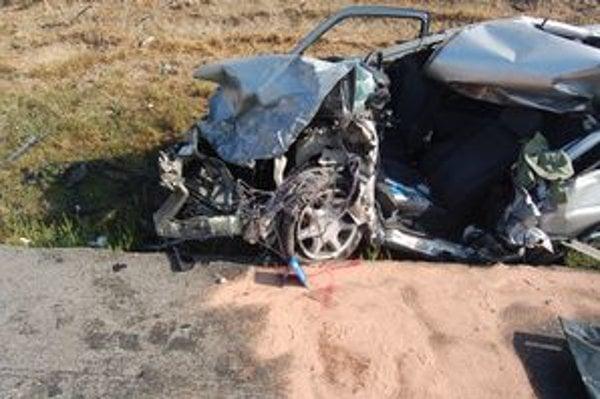 Po nehode z fordu zostala kopa šrotu.