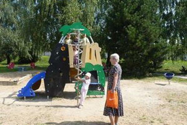 Už sa hrajú. Detváky využívajú nové ihrisko na Buzuluckej, okolie sa dokončí budúci mesiac.