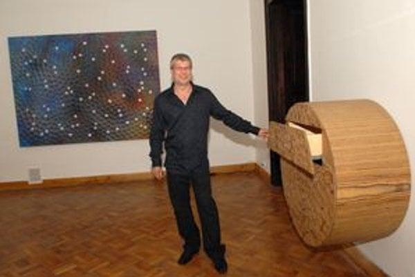 Očarila ho preglejka. Skriňu (vpravo) mal Peter Pacák aj na Národnej cene za dizajn.