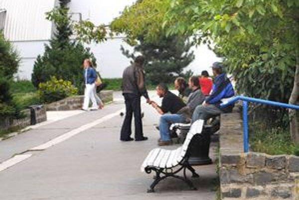 Veľkým problémom sídliska KVP sú bezdomovci, ktorým sa táto časť mesta veľmi zapáčila. Obyvateľom oni menej.