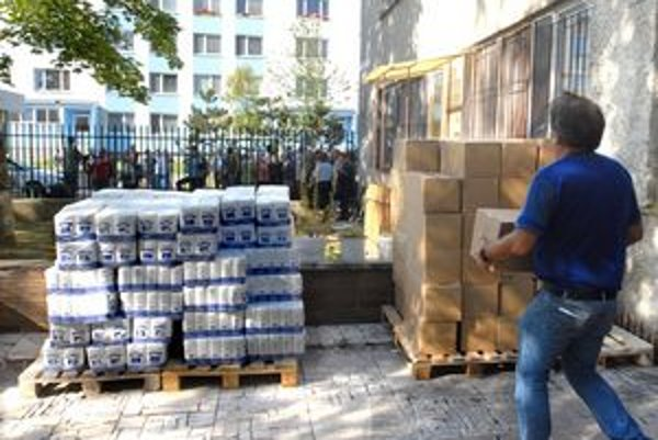 Potravinová pomoc. 40–kilová nádielka múky, cestovín a slovenskej ryže nenechala ľudí chladnými.