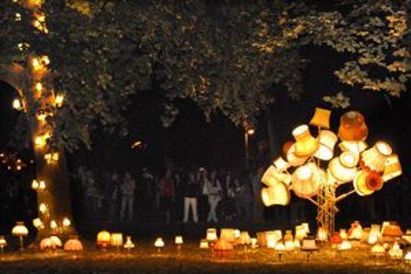 Nádhera v Mestskom parku. Svetelná inštalácia nórskeho umelca Runa Guneriussena mala mimoriadny úspech.