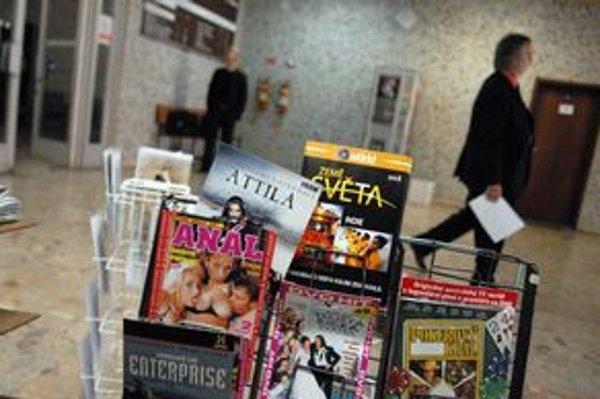 Ponuka filmov. Stojan s DVD nosičmi na chodbe súdu.