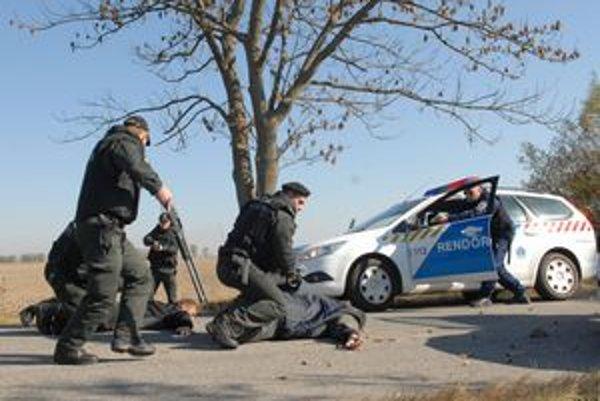 Zatýkanie. Maďarskí policajti spacifikovali páchateľov na Slovensku.